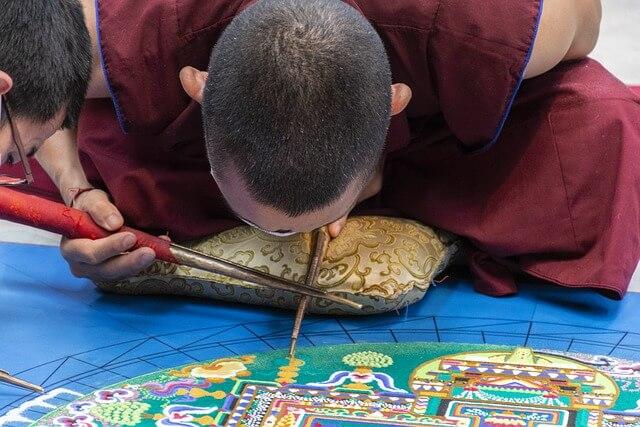 Mandala rysowana przez mnichów
